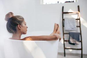 Kvinne som slapper av i badekaret